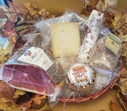 cesto con prosciutto formaggio e lenticchia