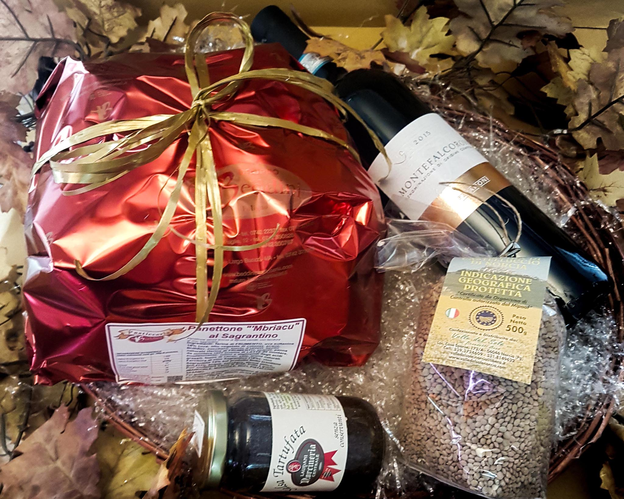 Cesto di Natale con panettone e prodotti di Norcia