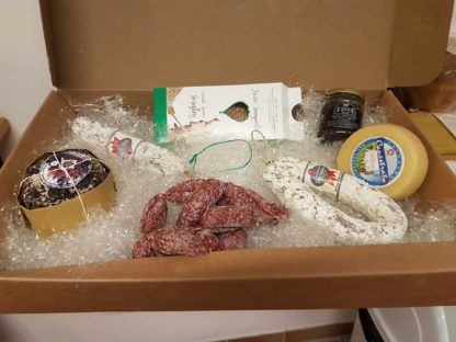 cesto misto salumi e formaggi con salsa e farro